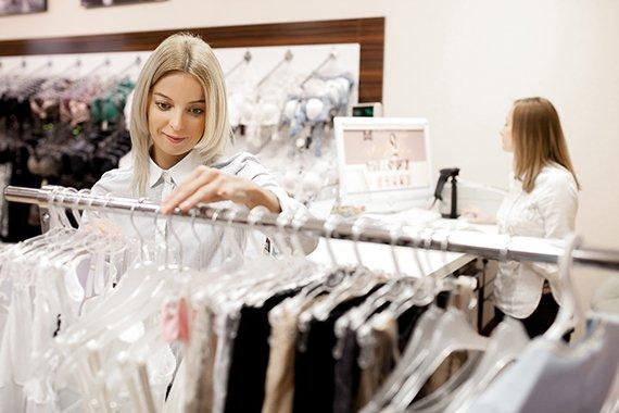 Как вывесить одежду в магазине? Определяем «золотой стандарт»